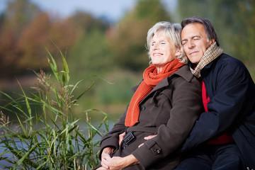 älteres paar genießt sonnenstrahlen