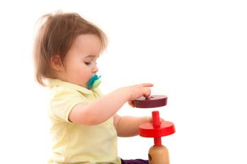 Kleines Mädchen baut einen Turm