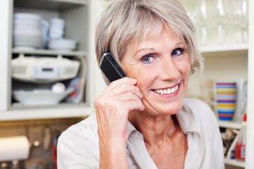 aktive seniorin am telefon