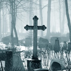 Papiers peints Cimetiere cross in fog at the cemetery