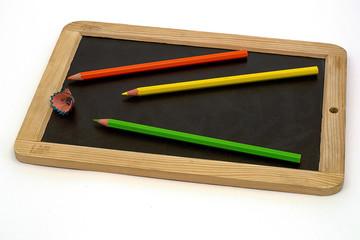 Разноцветные карандаши на фоне из дерева.