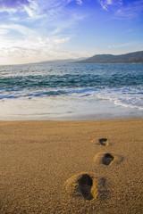 La joie des vacances les pieds dans le sable