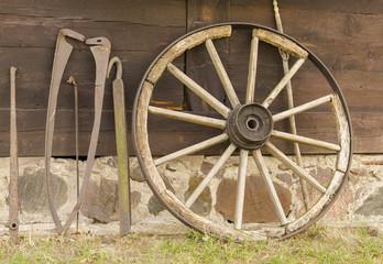 Obraz stare koło i narzędzia - fototapety do salonu