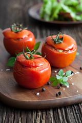 gefüllte rote Tomaten