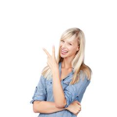 lachende frau zeigt zwei finger
