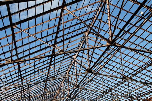 structure m tallique du toit d 39 un hangar abandonn photo libre de droits sur la banque d. Black Bedroom Furniture Sets. Home Design Ideas