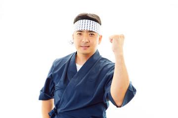 ガッツポーズをする寿司職人