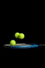 Springende Tennisbälle auf einem Schläger