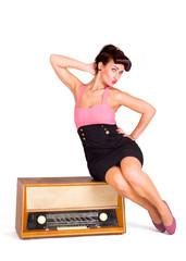 Frau posiert auf Radio