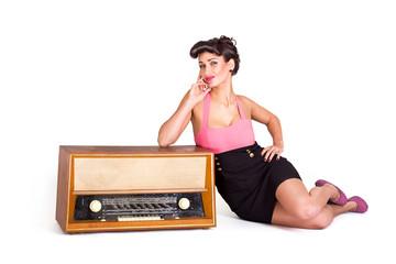 Sexy Frau posiert nebe altem Radio