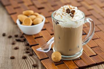 Eiskaffee mit Eiwürfeln