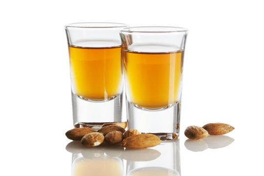 Zwei Gläser Amaretto und Mandeln isoliert