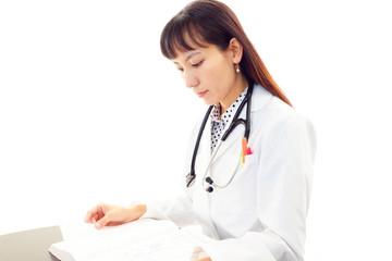 医学書を読んでいる女医