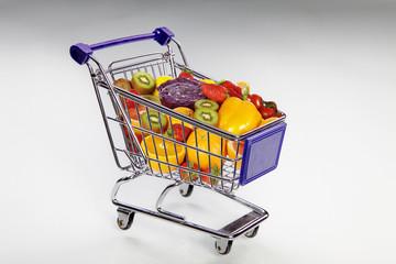 Einkaufswagen voller Obst und Gemüse