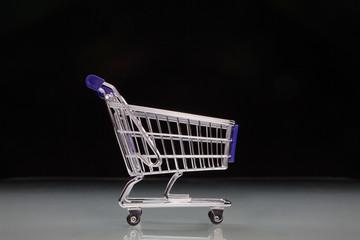 Einkaufswagen mit schwarzem Hintergrund