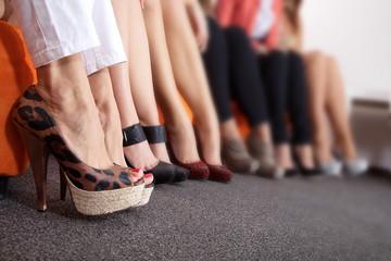 Viele Füße und Schuhe in einer Reihe