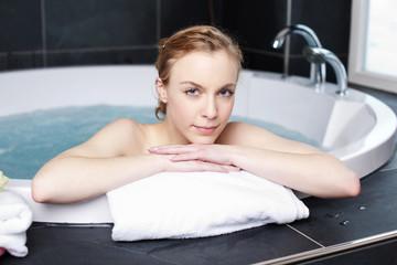 attraktive frau entspannt im whirlpool