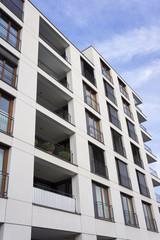 Fassade eines modernen Mehrfamilienhauses in Frankfurt am Main,