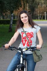 Прогулка на велосипеде летним днем по парку