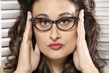 Mujer joven con gafas retro