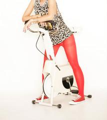 sportliche Frau im Leopardentop