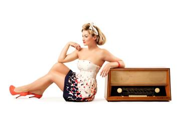Pin-up Girl mit altem Radio