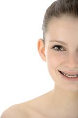Freundliche Jugendliche mit fester Zahnspange