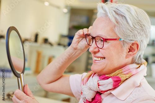 Пожилые женщины на видео