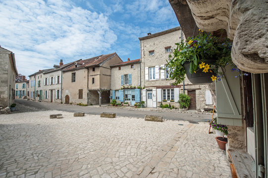 Rue du village de Charroux (03)