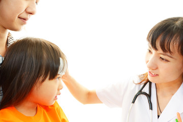 風邪の女の子を診療する女医