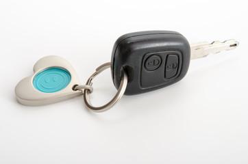 Autoschlüssel und herzförmiger Chiphalter