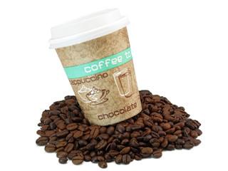 kaffee pappbecher auf frischen ganzen kaffeebohnen