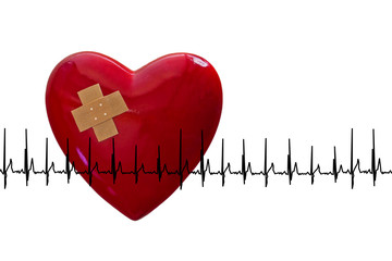 rotes Herz mit Pflaster und EKG, weißer Hintergrund