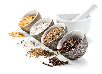 In de dag Kruiden spices in a small ceramic cups
