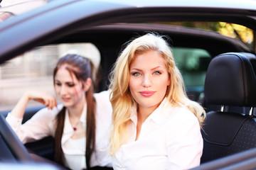 attraktive Frauen im Auto