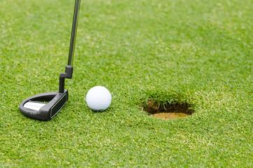 golfball wird eingelocht