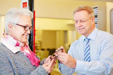Seniorin kauft Brille beim Optiker