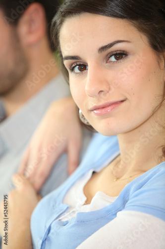 фото брюнетки с молодым человеком