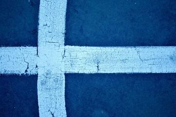 Croce bianca su sfondo blu nitida