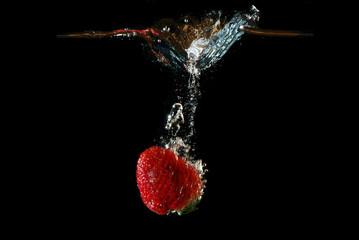 Poster Eclaboussures d eau erdbeere faellt schnell in wasser