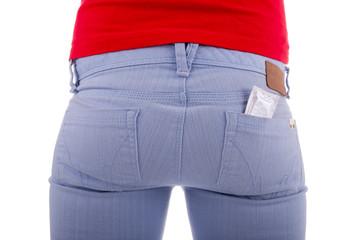 Die junge Frau verhütet mit Kondomen