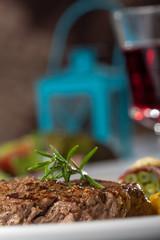 Steak mit einem Rosmarinzweig