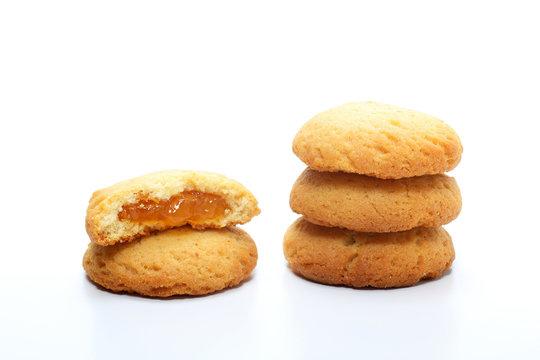 biscotti ripieni di marmellata su sfondo bianco