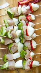 brochette de pollo, morron cebolla champignon al wok