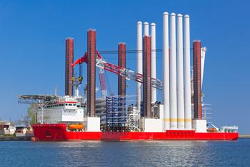 Obraz Stocznia w Gdyni ze statkiem do instalacji turbin wiatrowych, Polska - fototapety do salonu