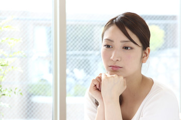 窓際の若い女性