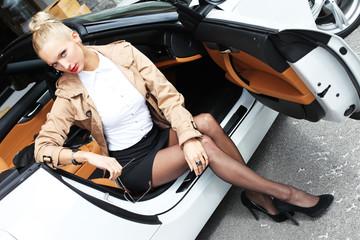 weibliches Model im Auto