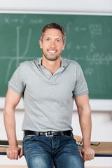 portrait lehrer in der klasse