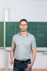 lehrer steht im klassenraum