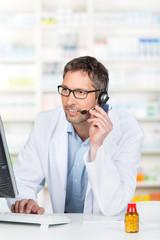 apotheker telefoniert mit headset